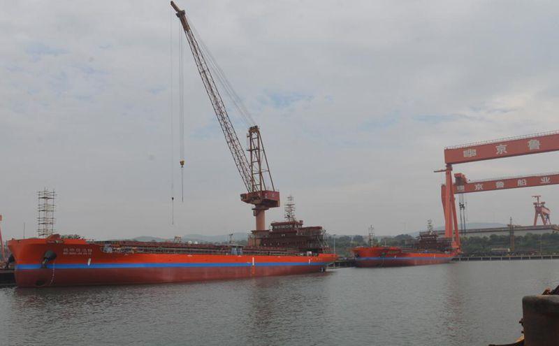 京鲁船业建造第二批2艘9800载重吨散货船顺利下水