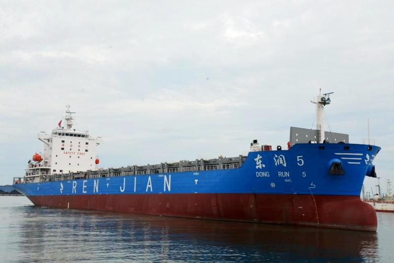 京鲁船业一日两艘1400箱集装箱船顺利离港