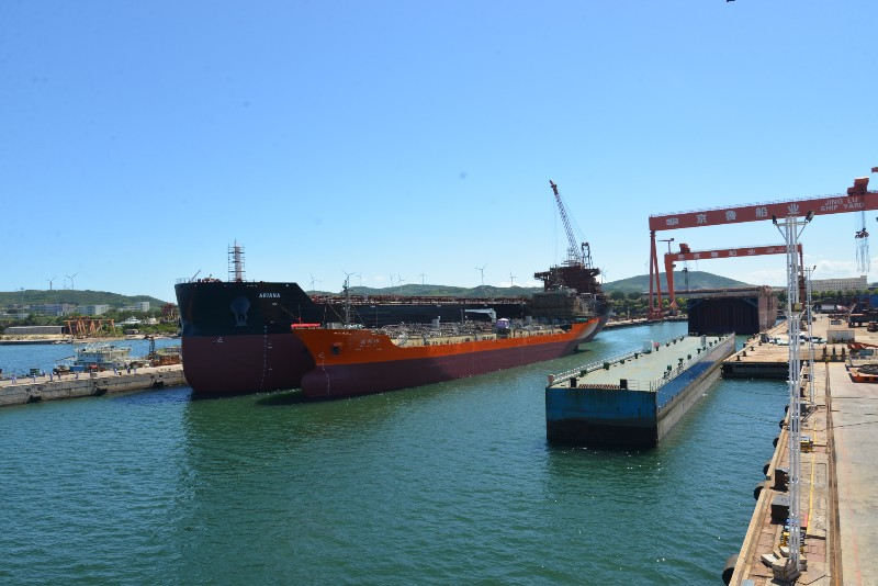 京鲁船业两艘船舶顺利出坞